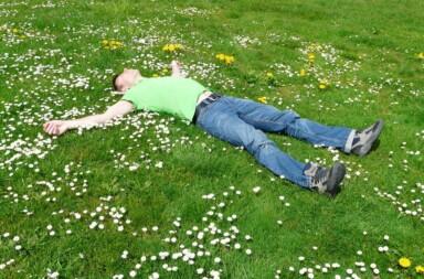 Mann am Schlafen auf einer Wiese